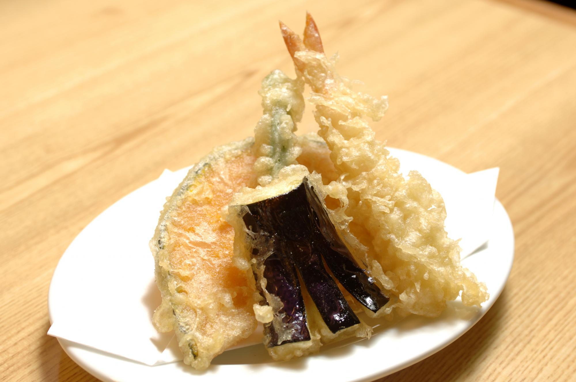 三川食堂でご飯中です♪ここの食堂の食事は美味しくてたまりません♪